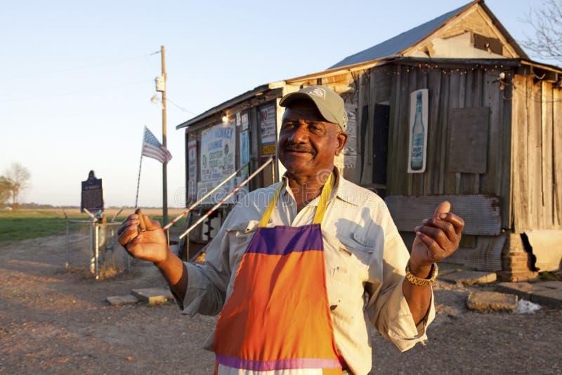 Un homme s'est tenu en dehors d'une barre de bleus, Mississippi photographie stock libre de droits