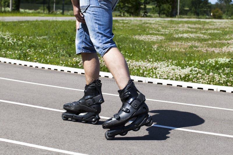 Un homme sur des patins de rouleau photographie stock libre de droits
