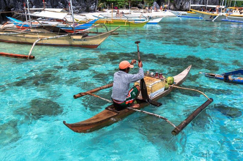 Un homme sur le petit paraw à la mer de l'EL Nido, Philippines images libres de droits