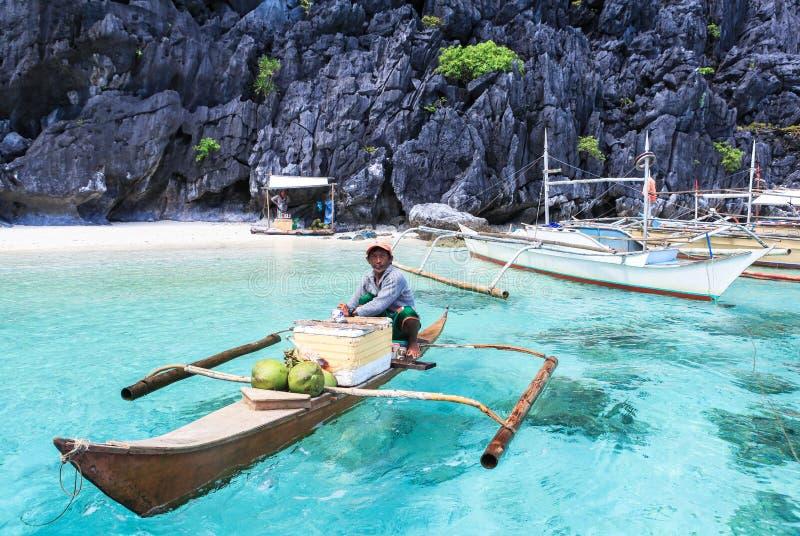 Un homme sur le petit paraw à la mer de l'EL Nido, Philippines photo libre de droits