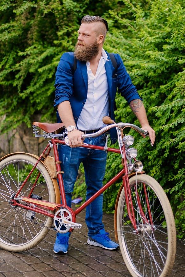 Un homme sur une rétro bicyclette en parc photographie stock