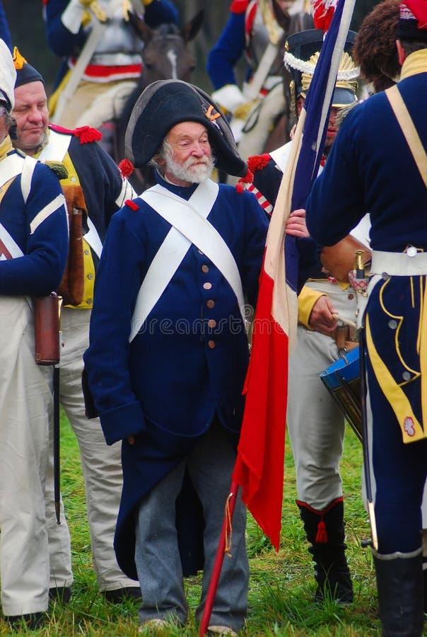 Un homme tenant un drapeau français photos stock