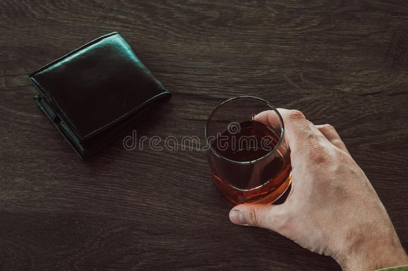 Un homme tenant un verre de whiskey E E image libre de droits