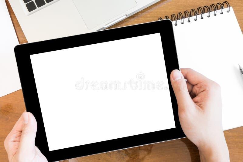 Un homme tient un comprimé avec l'écran vide blanc, vue supérieure photographie stock libre de droits