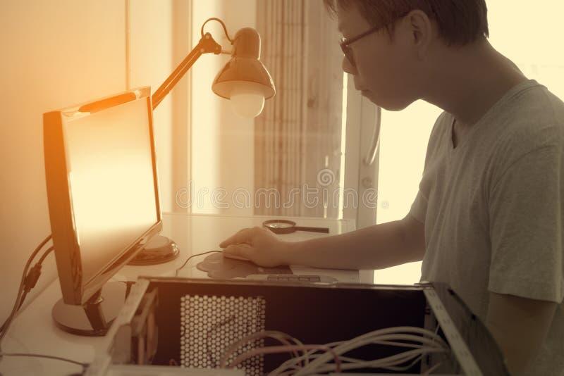 Un homme travaillant au bureau pour fixer le problème photo stock
