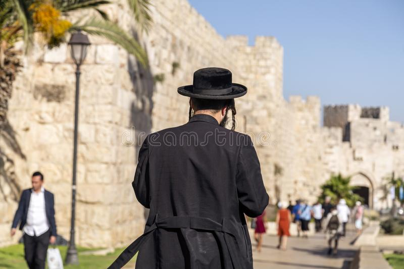 Un homme ultra-orthodoxe juif ou de Haridi à Jérusalem photos stock