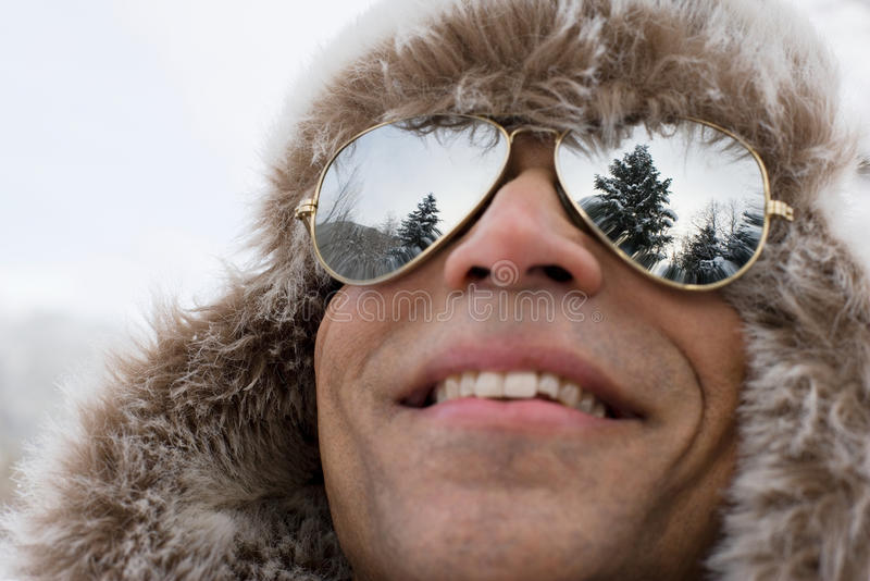 Un homme utilisant un chapeau et des lunettes de soleil de chasseur de cerf photos libres de droits