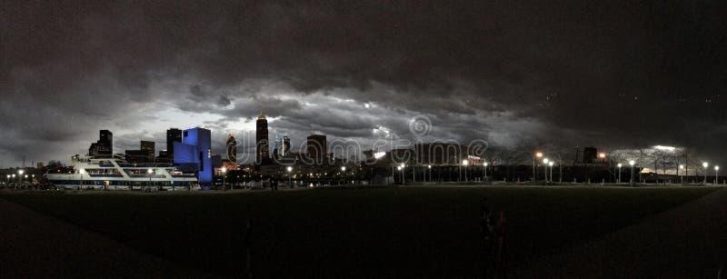 """Un horizon nuageux au-dessus Panthéon du centre de petit pain de Cleveland et de roche le n de """" image stock"""