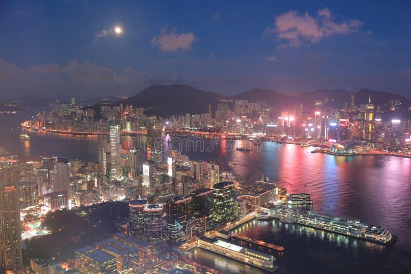 un horizonte de Hong Kong en la noche con la luna imagen de archivo libre de regalías