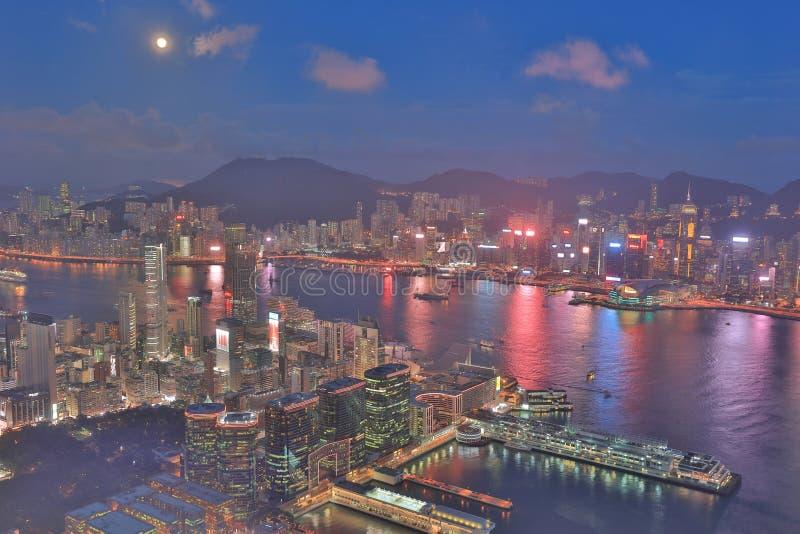 un horizonte de Hong Kong en la noche con la luna foto de archivo libre de regalías