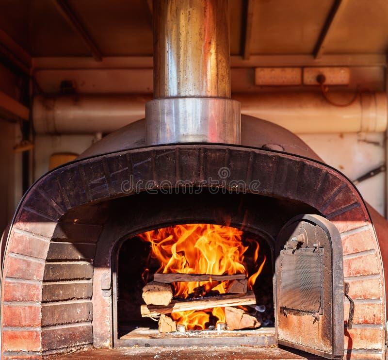 Un horno encendido de madera grande de la pizza imagenes de archivo