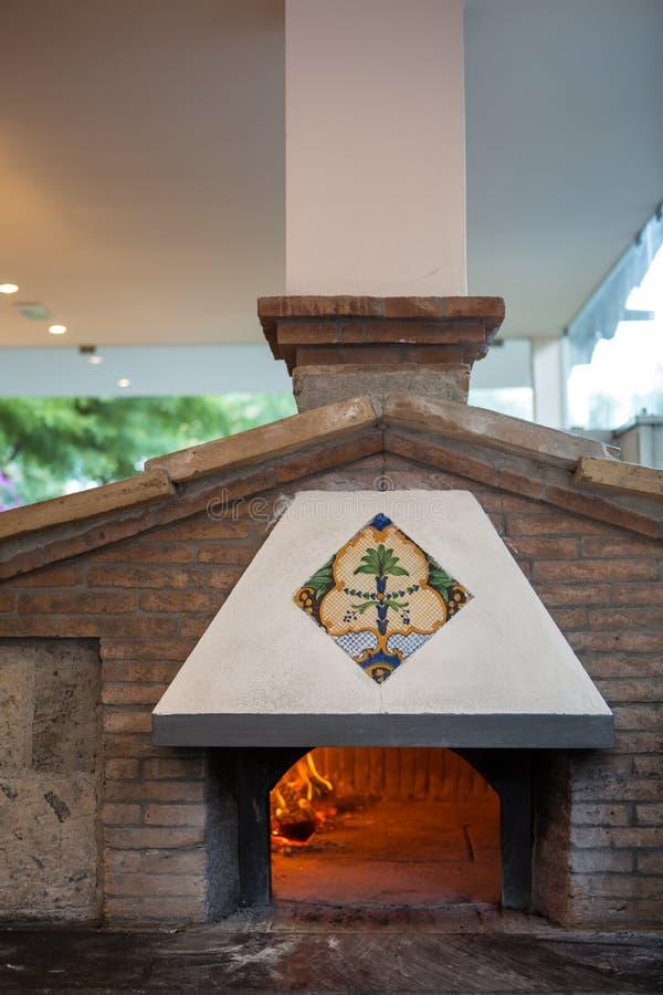 Un horno tradicional para la pizza de cocinar y que cuece fotos de archivo libres de regalías