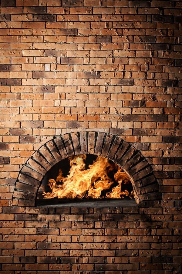 Un horno tradicional para la pizza de cocinar y que cuece. imagen de archivo libre de regalías