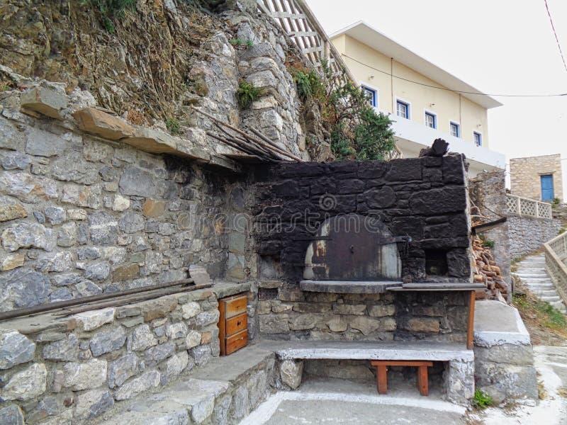 un horno viejo de la pizza en una taberna en Italia en el verano imagenes de archivo