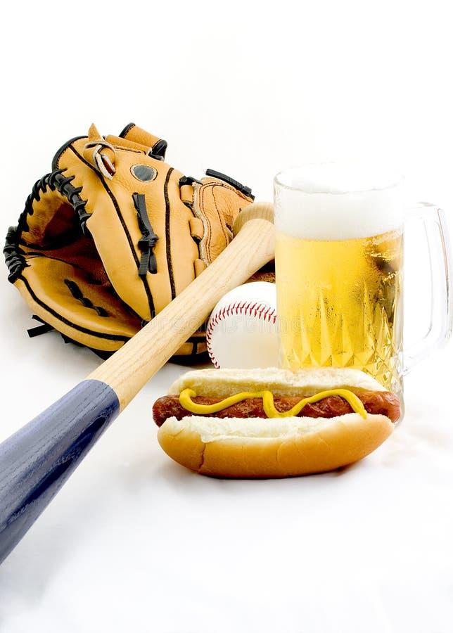 Un hot-dog et une bière image stock