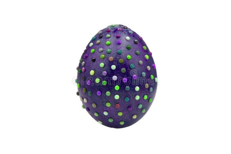 Un huevo de Pascua violeta y de moda epensive de piedra texturizado mármol en un soporte del oro por los días de fiesta de pascua imagenes de archivo