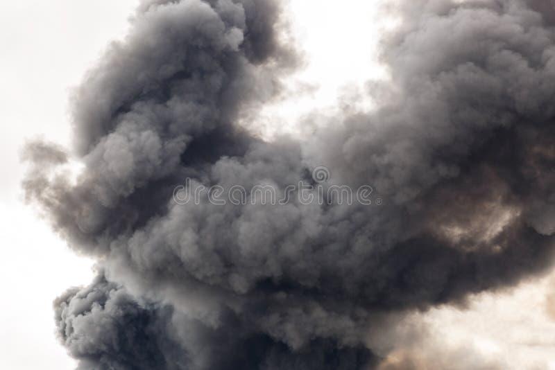 Un humo grueso y oscuro que inunda la calle de una ciudad foto de archivo libre de regalías