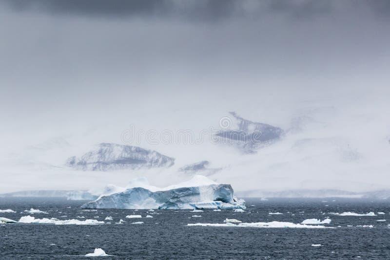 Un iceberg et montagnes en nuages images libres de droits