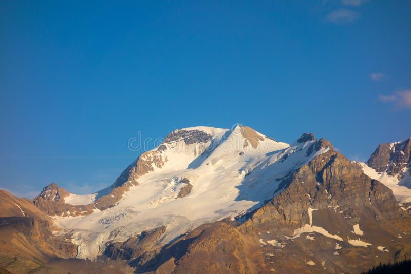 Un icefield retrocedere nelle montagne rocciose immagini stock libere da diritti