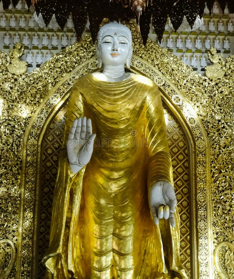 Un idole énorme de Bouddha dans le temple bouddhiste birman photographie stock libre de droits