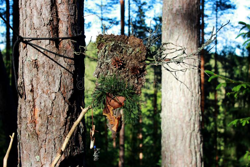 Un idole de forêt des cônes de bâton et de pin d'écorce faits pour cajoler les spiritueux paganisme image libre de droits