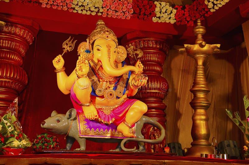 Un idole de Lord Ganesha, se reposant sur son véhicule - une souris, Guruji Talim Mandal, Pune, maharashtra, Inde photos libres de droits
