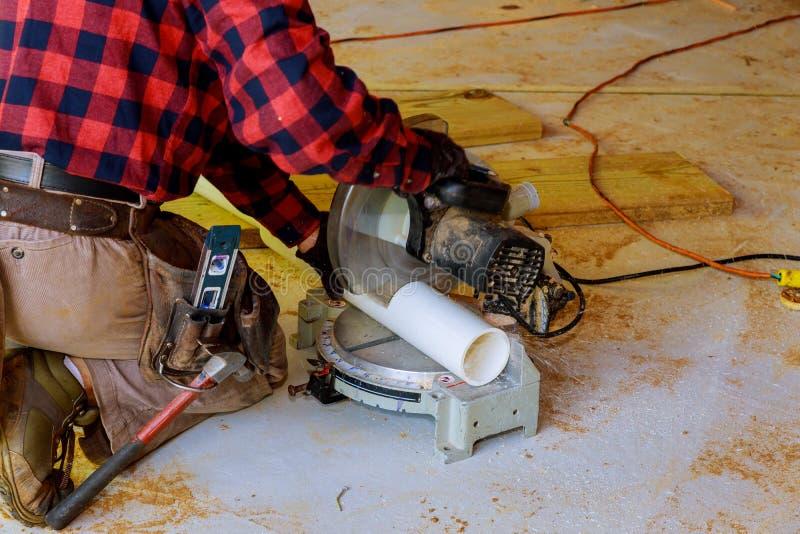 Un idraulico ha tagliato lo strumento segante delle pinze del tubo del PVC che scandaglia il concetto di manutenzione e della rip immagine stock libera da diritti