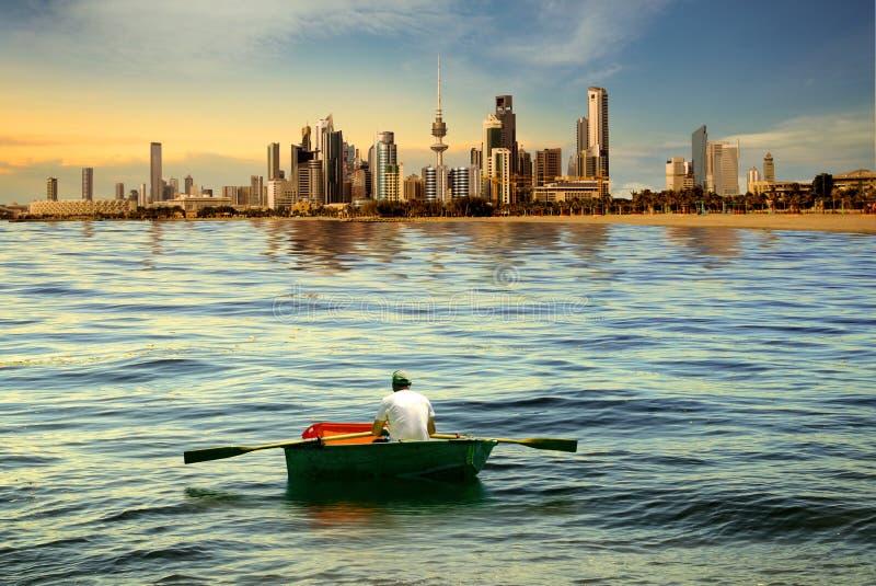Un'imbarcazione a remi dell'uomo fotografia stock libera da diritti