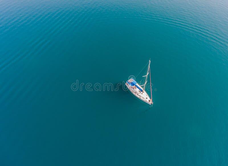 Un'imbarcazione a vela sola all'ancoraggio fotografia stock libera da diritti