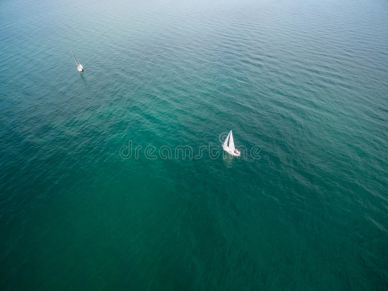 Un'immagine aerea di due barche a vela di navigazione fotografia stock libera da diritti
