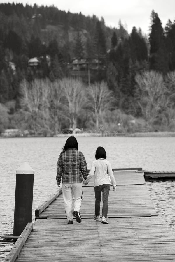 Madre e figlia sul bacino. fotografia stock