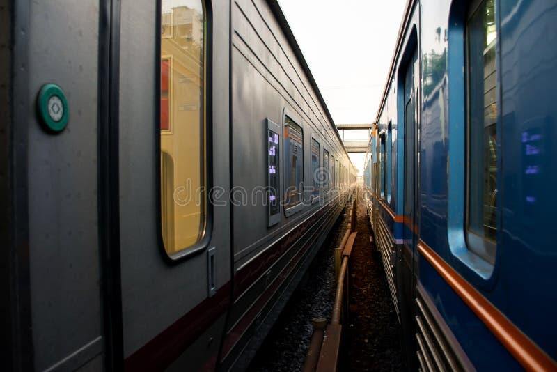 Un'immagine del treno due parallelamente con la ferrovia immagini stock libere da diritti