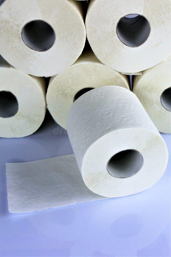 Un'immagine di concetto della carta igienica, il bagno, la toilette, wc, rotola immagini stock
