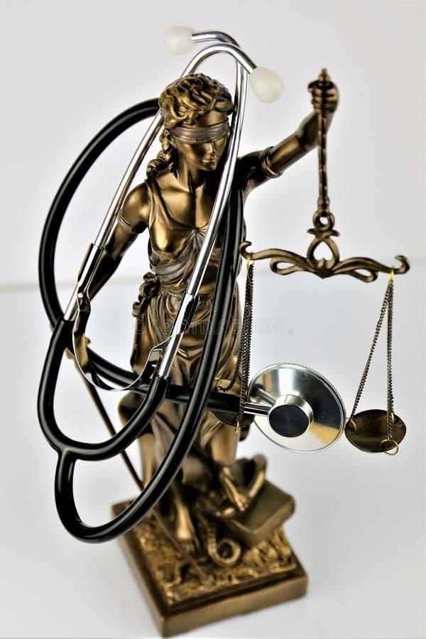 Un'immagine di concetto di una giustizia con uno stetoscopio fotografia stock