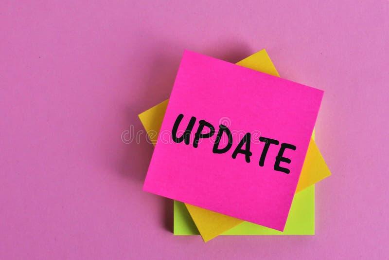 Un'immagine di concetto di una nota dell'aggiornamento immagini stock libere da diritti