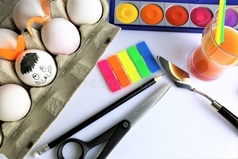 Un'immagine di concetto di verniciatura delle alcune uova di Pasqua fotografia stock libera da diritti