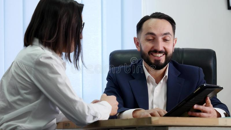 Un'immagine di due riusciti soci commerciali che lavorano alla riunione nell'ufficio fotografia stock libera da diritti