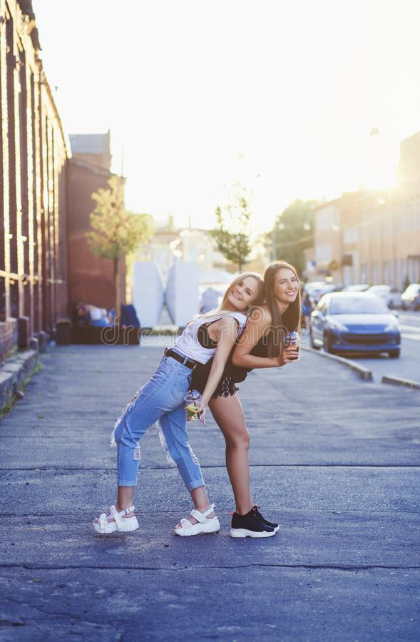 Un'immagine di estate di due ragazze immagine stock libera da diritti