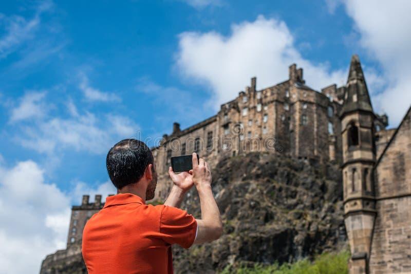 Un'immagine di presa turistica dell'uomo del castello di Edimburgo nel tempo di primavera immagini stock libere da diritti