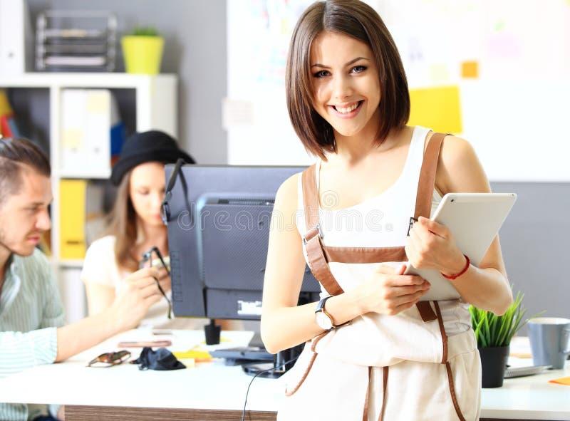 Un'immagine di quattro riuscite donne di affari che esaminano macchina fotografica fotografie stock