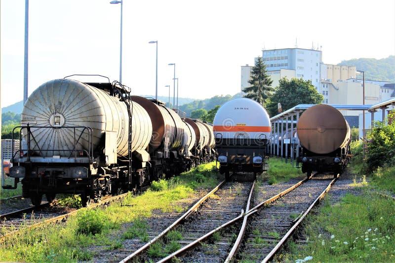 Un'immagine di un treno del carro armato, ferrovia immagini stock