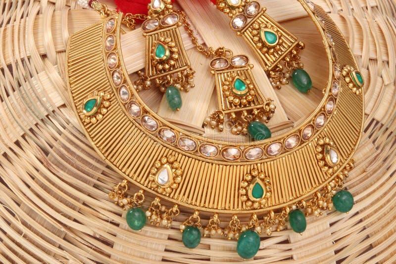 Un'immagine di una catena femminile dei gioielli con le pietre Per le ragazze e le donne che abbinano gli orecchini, mangtika e c immagini stock