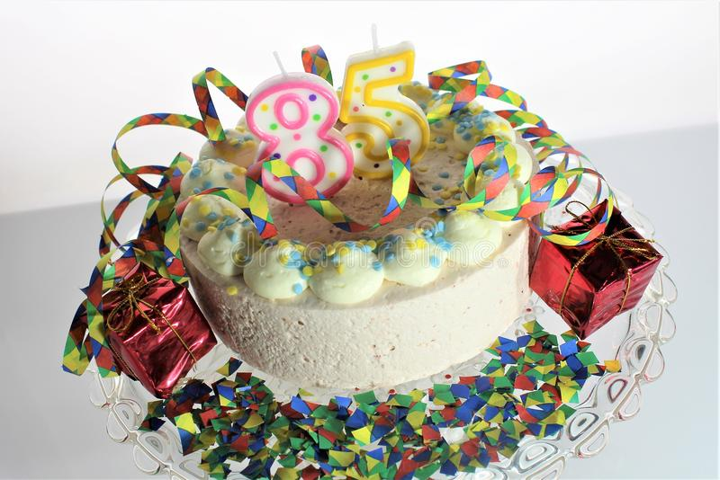 Un'immagine di una torta di compleanno - di concetto compleanno 85 fotografia stock