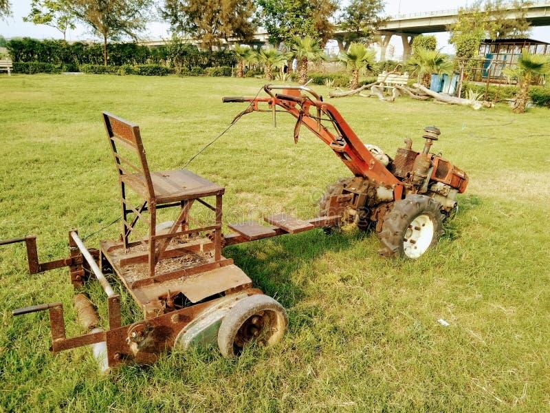 Un'immagine di vecchia e macchina utilizzata della falciatrice in giardino immagini stock libere da diritti