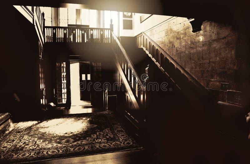 Un'immagine spettrale e minacciosa dell'ingresso al palazzo del Harwelden di Tulsa fotografia stock libera da diritti