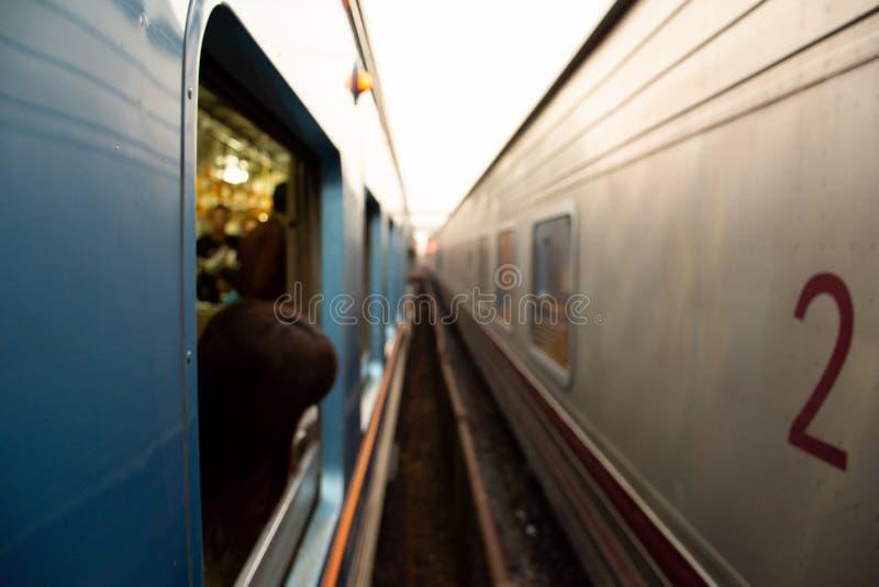 Un'immagine vaga del treno due parallelamente con la ferrovia fotografie stock