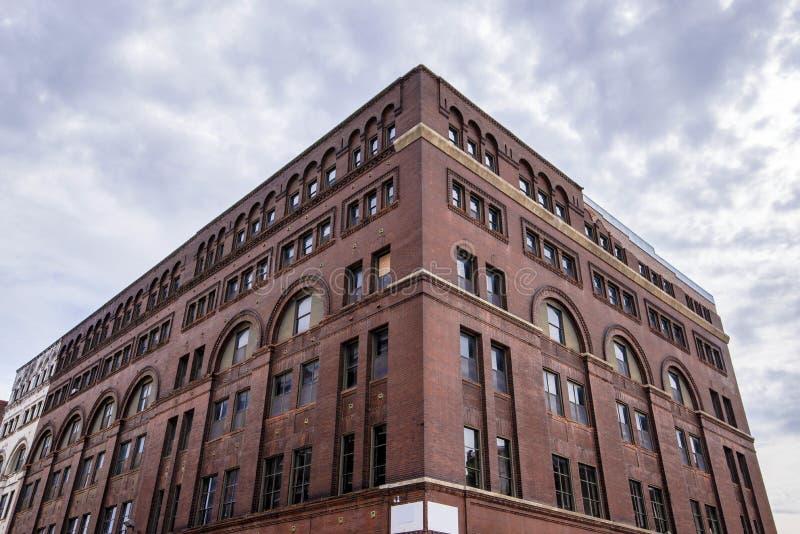 Un immeuble de brique abandonné photo libre de droits