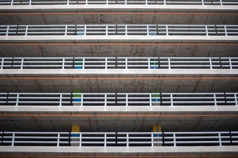 Un immeuble de bureaux avec un parking vide photos stock