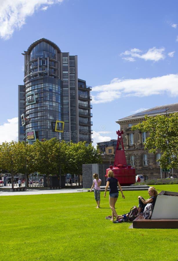 Un immeuble de bureaux ayant beaucoup d'étages moderne et la construction de logements historique de douane près de Donegall Quay image libre de droits