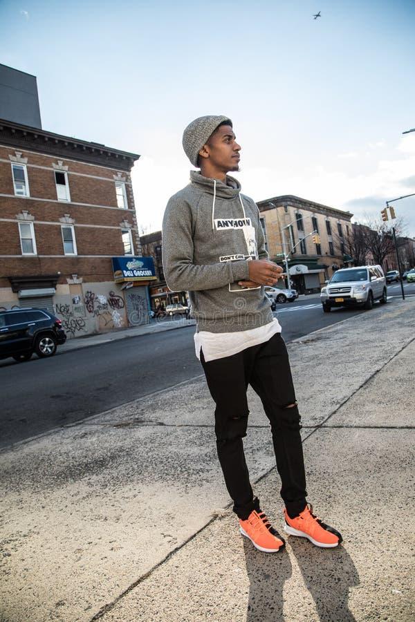 Un inconformista joven, negro presenta para una fotografía sincera en NYC fotos de archivo libres de regalías
